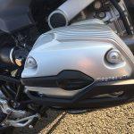 間一髪!転ばぬ先の杖… シリンダーヘッドにプロテクターを装着! BMW R1200R(2010)